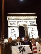 Cláudio, Anderson, Arthur e Matheus comemorando a vitória do alvinegro no Arco do Triunfo