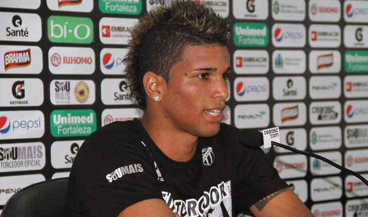 O atacante Alan Pinheiro foi um dos jogadores que se apresentou à imprensa
