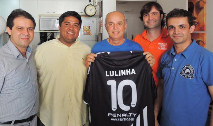 Evandro Leitão e sua diretoria fazem a entrega da camisa personalizada ao ex-atleta Lulinha
