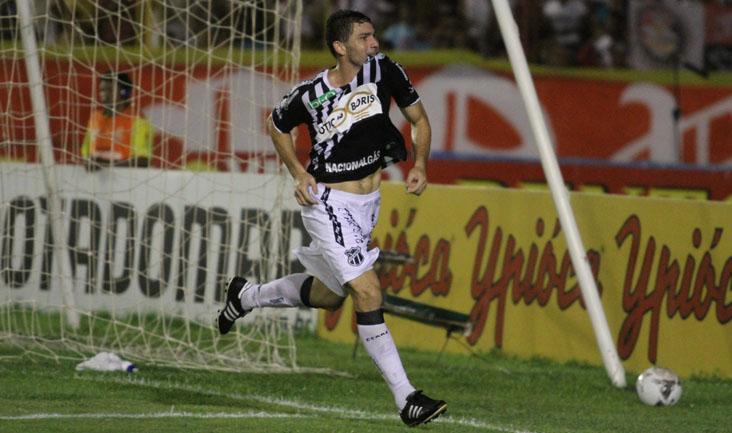 O atacante Mota comemorou muito o gol marcado no estádio do Junco