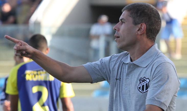 Técnico Ricardinho no comando do time diante do Horizonte