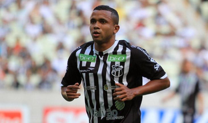Diante do Guaratinguetá/SP, o meio-campista Rogerinho recebeu o seu terceiro cartão amarelo