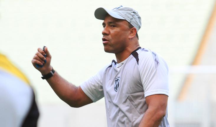 Sérgio Soares comandou os trabalhos com o elenco e, em seguida, concedeu entrevista coletiva