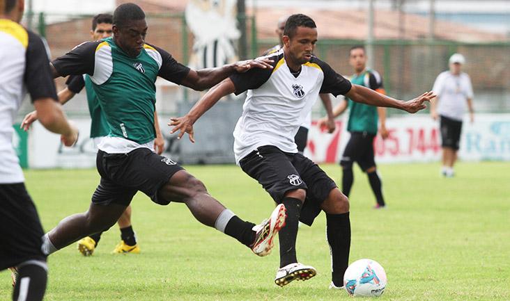 Rogerinho tenta jogada, mas é marcado de perto pelo zagueiro Gustavo