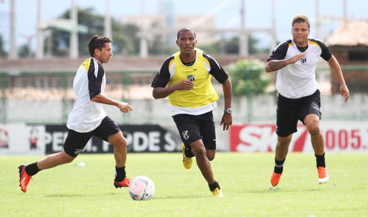 João Marcos avança no meio-campo, mas é cercado por Eusébio e Romário