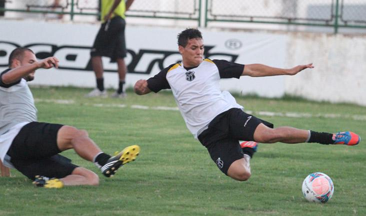 Zagueiro Douglas e atacante Gabriel disputam jogada no treino desta tarde