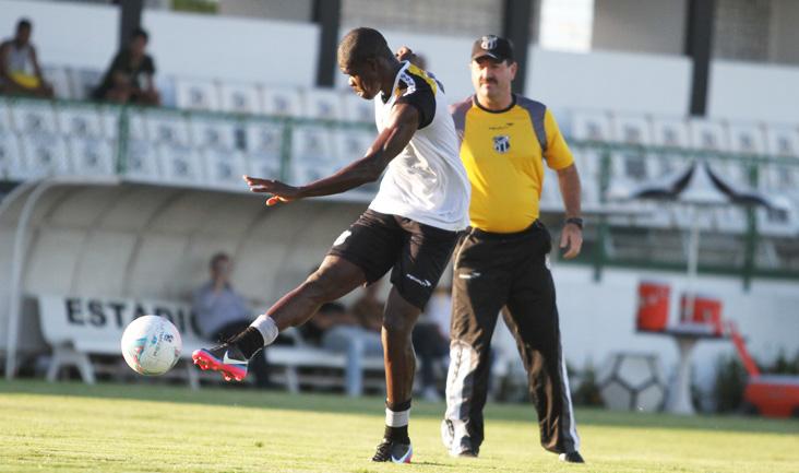 O zagueiro Diego Ivo trabalhou normalmente no estádio Vovozão