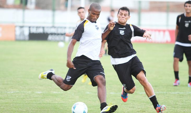 Zagueiro Rafael Vaz e atacante Gabriel disputam jogada durante o treino desta tarde