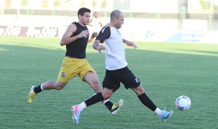 Durante o coletivo, zagueiro Anderson Marques disputa jogada com o atacante Epitácio