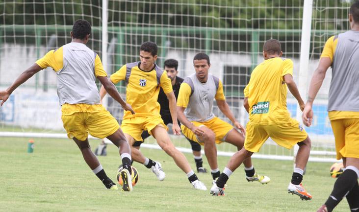Tentando jogada no ataque, Magno Alves é marcado de perto por Marlon e Potiguar