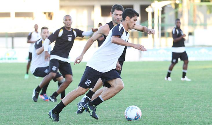 Dupla de ataque do Vovô, Mota e Magno Alves disputam jogada durante o treino