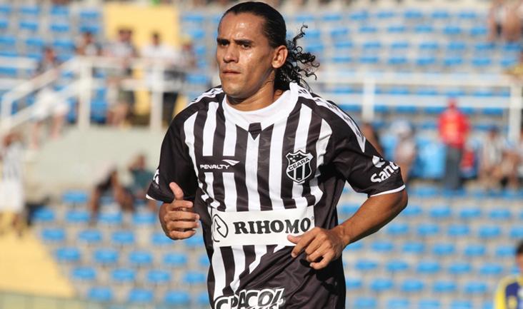 Vicente em ação contra o Horizonte, no estádio Presidente Vargas (PV)