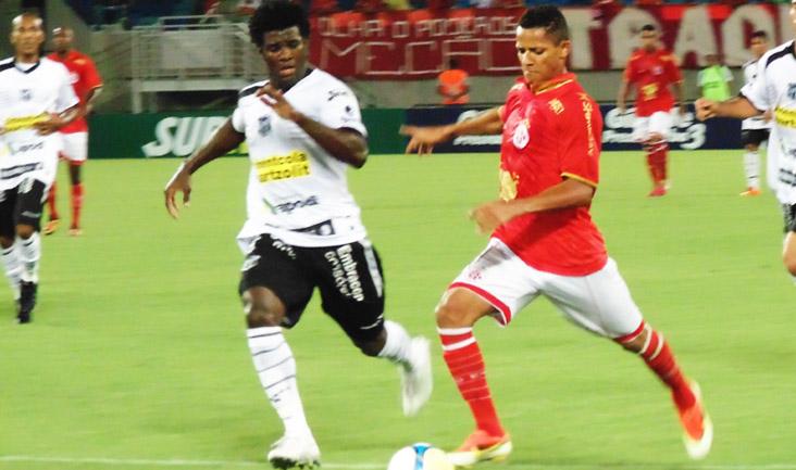 """O zagueiro Sandro mostrou seu """"faro de gol"""" e deu a vitória ao time cearense"""