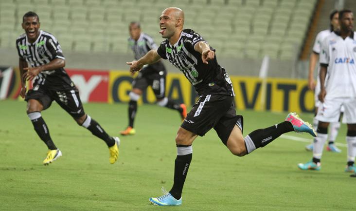 Após marcar o primeiro gol com a camisa alvinegra, Anderson Marques comemora