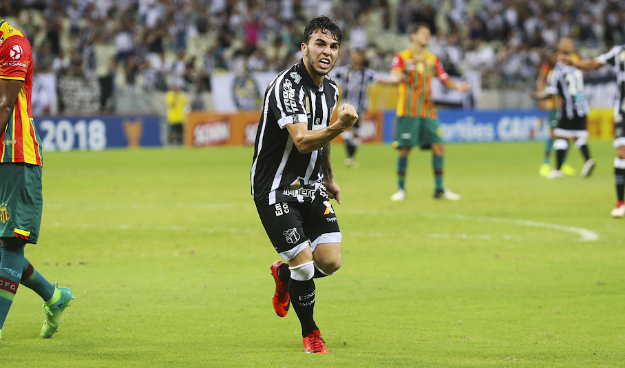 Andrigo comemora segundo gol da partida na vitória de 2 a 1 sobre o Sampaio Corrêa.