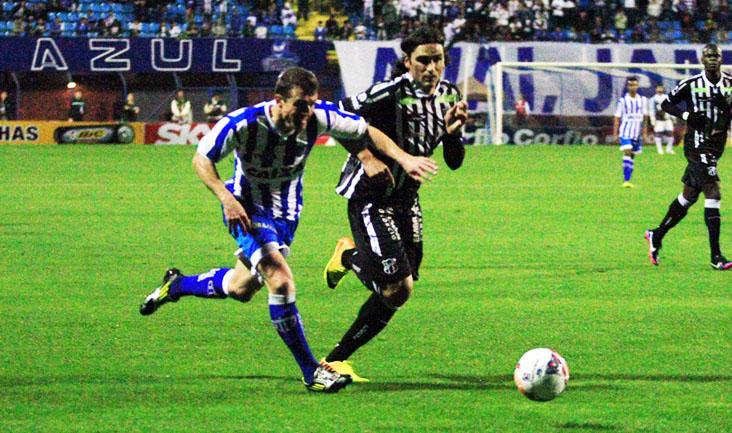 Léo Gamalho teve boa atuação e participou do lance que resultou no gol de empate (Foto: Manoel Bento)