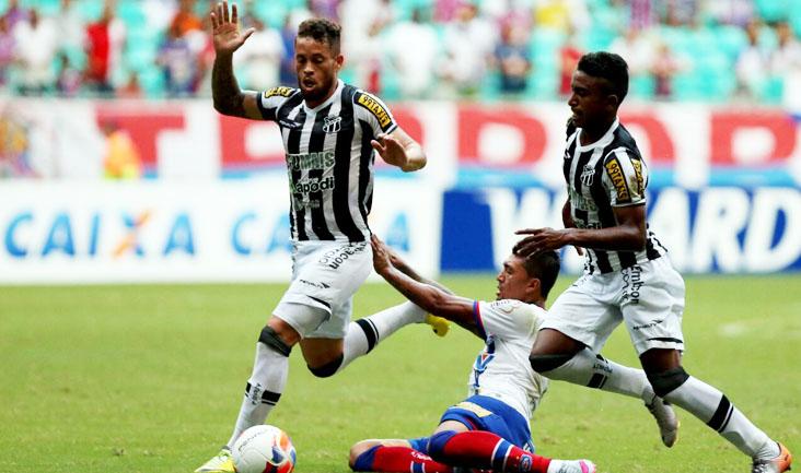 O atacante Kieza deu muito trabalho à defesa do Alvinegro, que não resistiu à pressão baiana