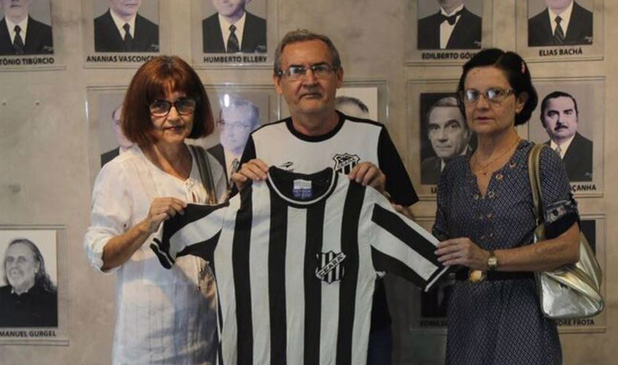 Pesquisador Eugênio Fernandes recebe a camisa das mãos de Naíza e Nirvanda, filhas do ex-conselheiro do Vovô, José Jacob dos Santos