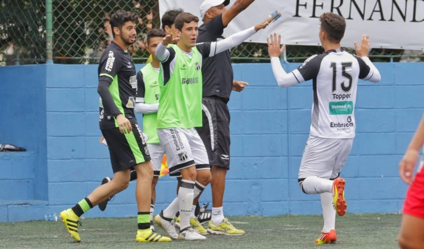 Reservas do Vozão comemoram com Filipe Maia, autor do primeiro gol do jogo.