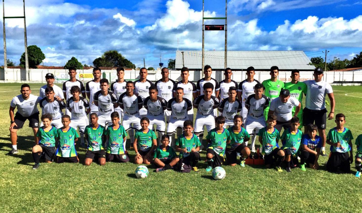 Em protocolo de abertura, elenco alvinegro entrou em campo com atletas do time junior do Coruripe.