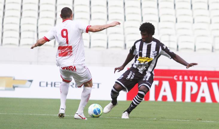 Firme e seguro na defesa, o zagueiro Sandro teve boa atuação no jogo diante do Náutico