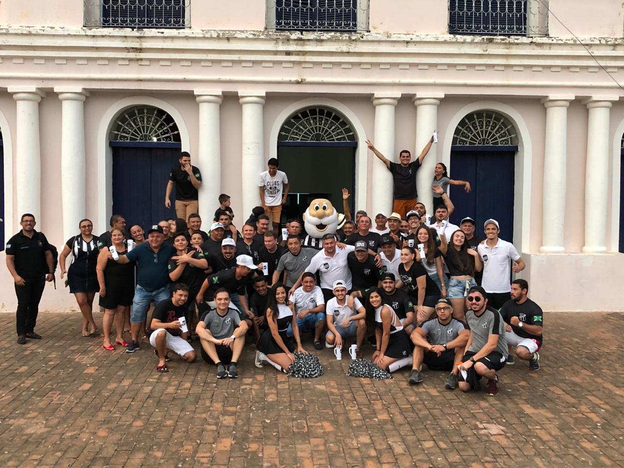 Representantes do Consulado e torcedores posam para foto em frente ao Teatro das Ribeiras dos Icós, construído em 1860 e protegido pelo Tombo Estadual.