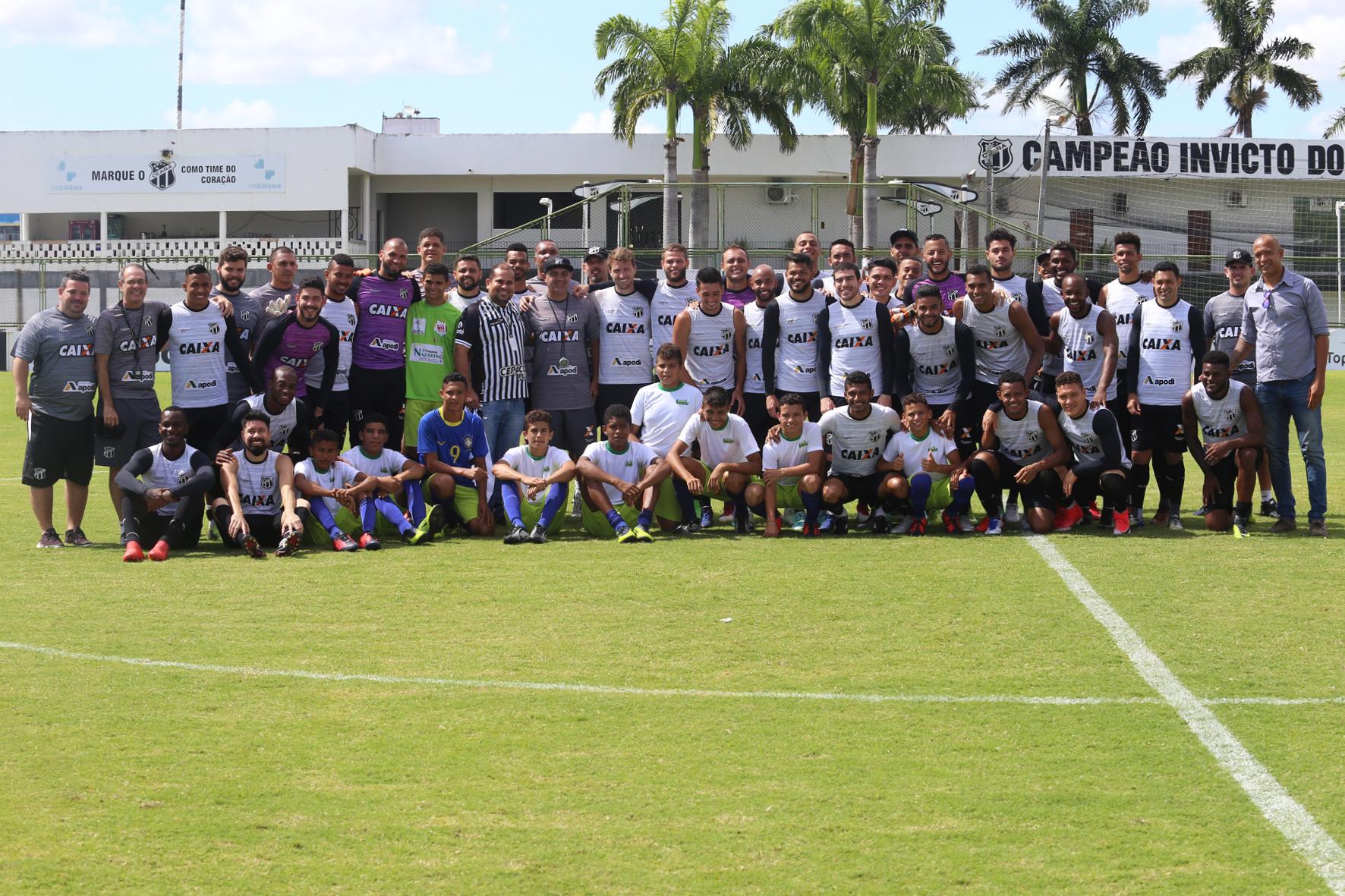 Antes do treino, atletas posam para foto com elenco e comissão técnica do Ceará.