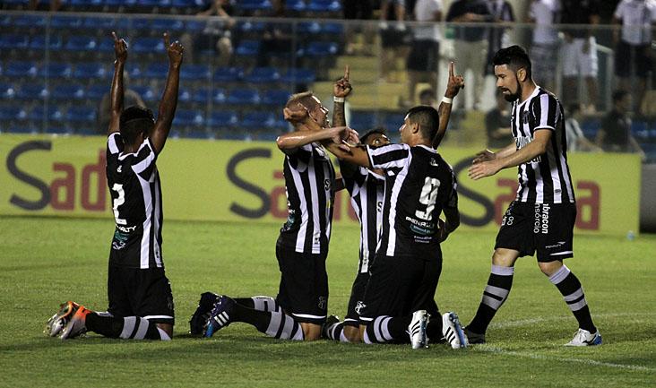 O grupo alvinegro comemorou muito os três gols, que garantiram o Vovô na fase seguinte