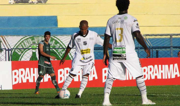 Volante João Marcos trabalha a bola durante o jogo diante do Icasa