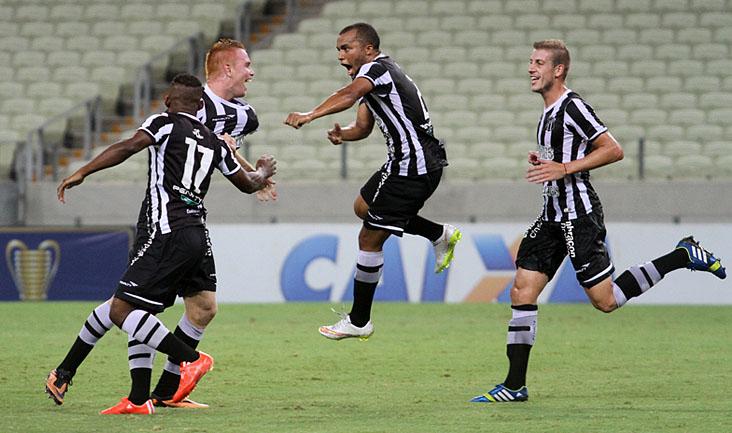 Autor do primeiro gol no jogo desta noite, Charles comemorou muito com os companheiros