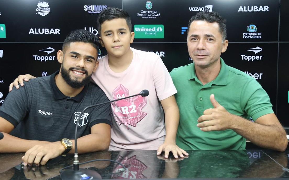 Felipe Jonatan ao lado do seu irmão, Jairzinho, e do seu pai, Afrânio, após coletiva de imprensa