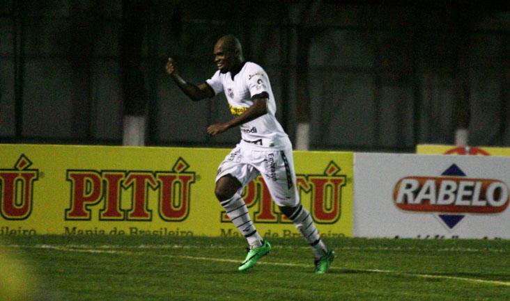 O atacante Tadeu abriu o placar do jogo ao marcar o seu quarto gol no Estadual