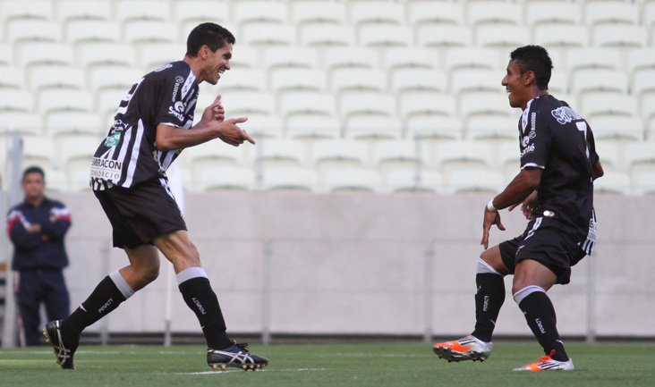 Magno Alves comemora o primeiro gol do jogo, marcado aos dez minutos do 1º Tempo