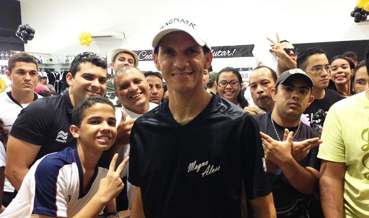 O atacante Magno Alves teve uma manhã animada e atendeu a todos os torcedores na Loja Oficial
