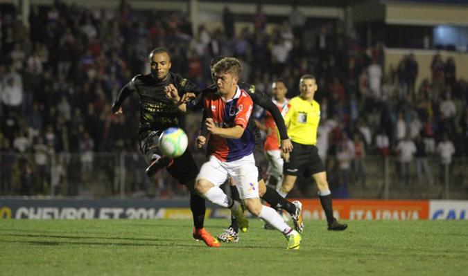 O meio-campista Eduardo fez um bom jogo, mas não conseguiu furar a marcação do Paraná