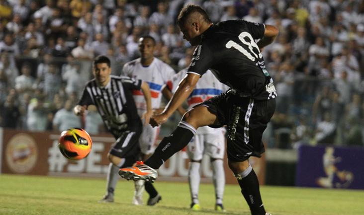 Momento exato da finalização de Romário, na cobrança da penalidade máxima