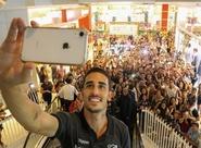 Thiago Galhardo visita stand do Vozão e torcida alvinegra lota o Shopping Parangaba