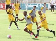 PC Gusmão comanda treino coletivo, antes do jogo contra o ASA