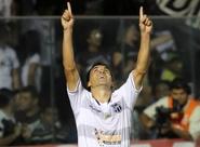 Autor do centésimo gol em 2012, Márcio Careca comemora
