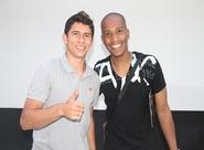 Para reencontrar amigos, atacante Osvaldo visitou a sede do clube