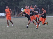 Após chegar à Porto Alegre, alvinegros treinam no CT do Grêmio