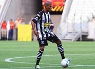 Expulso no jogo de ida, João Marcos não encara o Sport