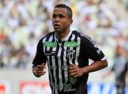 Rogerinho recebeu terceiro cartão amarelo e não encara o Palmeiras