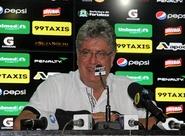 Geninho comandou treino em Porangabuçu e foi apresentado à imprensa