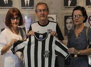 Centro Cultural alvinegro recebe doação de camisa rara utilizada por Zé Eduardo