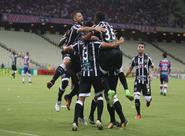 """Ceará marca dois no 1º tempo, """"tira o pé"""" no 2º e vence o Fortaleza na Arena Castelão"""