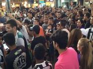 Torcida invade aeroporto para embarque da delegação alvinegra para São Paulo