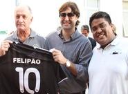 Técnico Felipão recebe camisa personalizada do Ceará