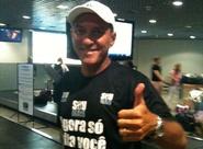 """Na chegada à capital, PC Gusmão é recebido pela torcida e diz: """"Estou em casa de novo"""""""