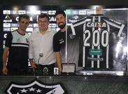 Em coletiva de imprensa, Ricardinho recebe homenagem pelos 200 jogos